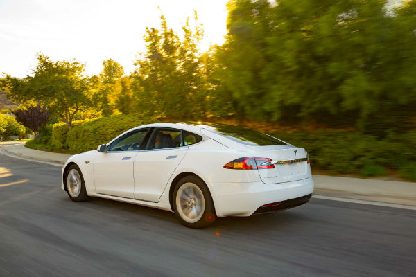 2016-Tesla-Model-S-60-rear-three-quarter-in-motion-w600-h600