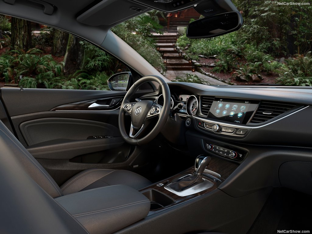buick-regal_tourx-2018-1024-09